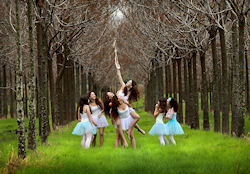 Chicas lindas jugando en el bosque by Shlomi Nissim | clic para ampliar esta imagen