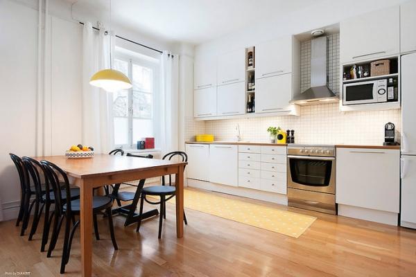 Desain dapur putih dengan furniture dari kayu jati