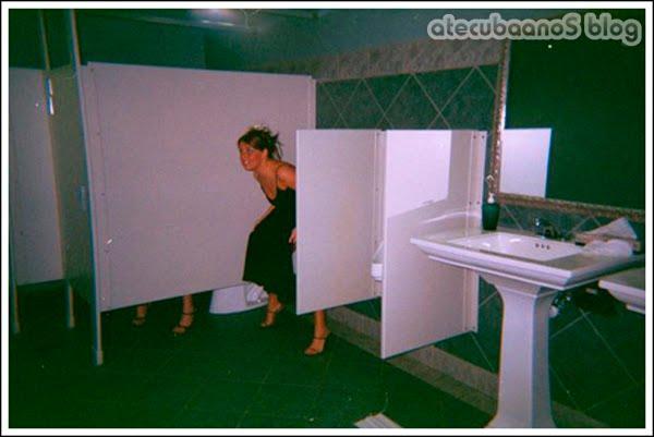 Garotas usando urinóis