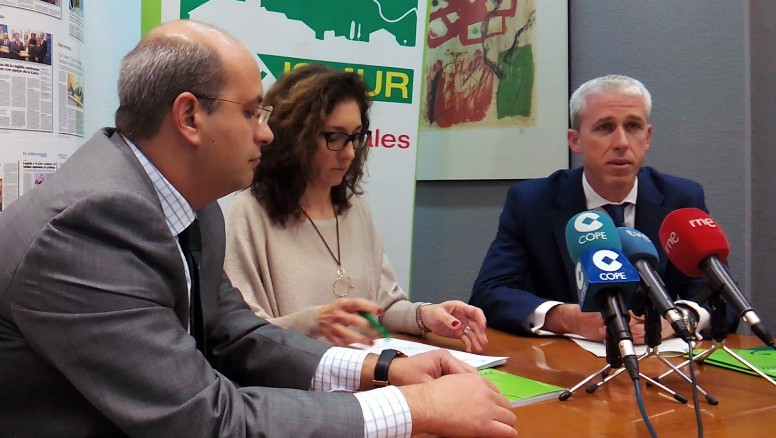 Laura Lázaro, en el centro, con los responsables de La Caixa, José Ángel y Pablo Gómez, durante la presentación