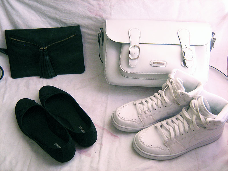 black purse, black purse avon, black letter purse avon, black letter fringe purse avon, black flats bows deichmann, white messenger bag carpisa, white nike sneakers, black and white
