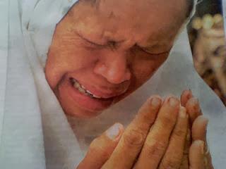Ibu berdoa sambil menangis - ilustrasi