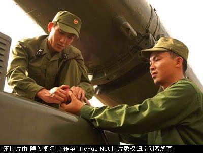 các chiến sĩ Việt Nam đang bảo dưỡng xe chở tên lửa chống hạm Shaddock