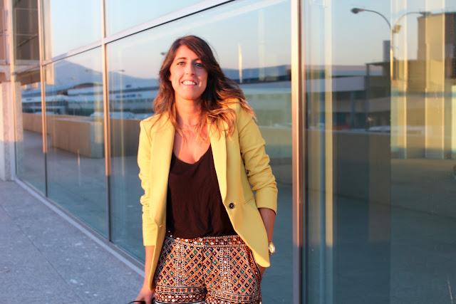Blazer Amarilla de Zara combinada con shorts glitter