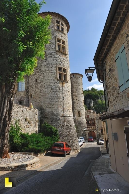 deux des tours du château de Vogüé photo blachier pascal