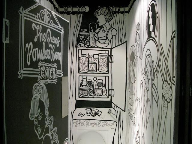 Sophie Stevens stattet die Toilette im Queen of Hoxton Club in Schwarz-Weiß-malerei aus - mit Tafellack ein witziger Selbermachen-Tipp!