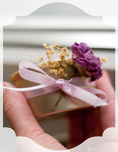 Różowy tealight z resztek  parafiny i puszki po paszteciku :)