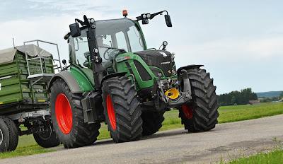 Ciągnik Fendt 500 Vario z przyczepą rolniczą