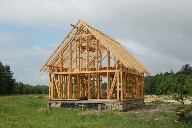 Dom-drewniany-w-trakcie-budowania