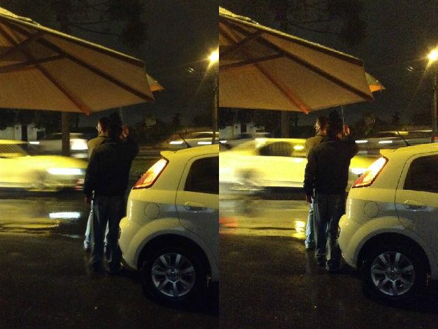 Pessoa com guarda chuva de noite