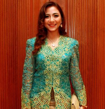 Foto Baju Kebaya Modern Artis Nadia Vega Cantik