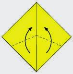 Bước 4: Gấp chéo hai lớp giấy trên cùng lên phía trên, vị trí cấp là đường đứt đoạn như hình vẽ.