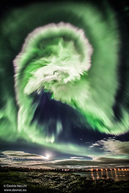 Một cực quang xoắn ốc trên bầu trời Iceland. Tác giả :  Davide Necchi.
