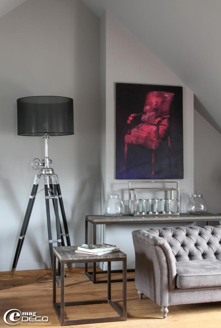 Canapé chesterfield et consoles 'Blanc d'Ivoire', lampe royal marine en aluminium 'Eichholtz', toile de l'artiste peintre villervillais Philippe Brosse