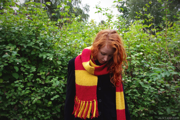aliciasivert, Alicia Sivertsson, Harry Potter, Hogwarts, Gryffindor, scarf, knit, knitting, red, yellow, stripes, fringe, shawl, redhead, red hair, girl, woman, fan art, handicraft, handcraft, pyssel, hantverk, elevhem, halsduk, harry potterhalsduk, gryffindorhalsduk, röd, gul, randig, frans, sticka, stickning, stickad