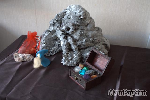 Гора из монтажной пены с пещерой для гнома