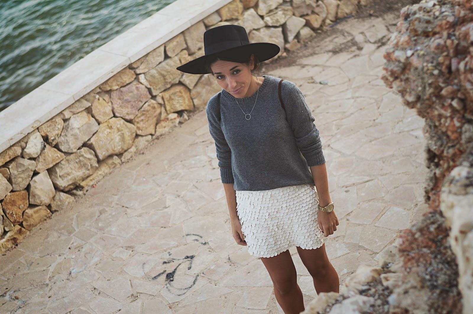Falda Zara, Jersey Mango, Sombrero y Collar H&M, mocasines Geox, costa Mediterráneo