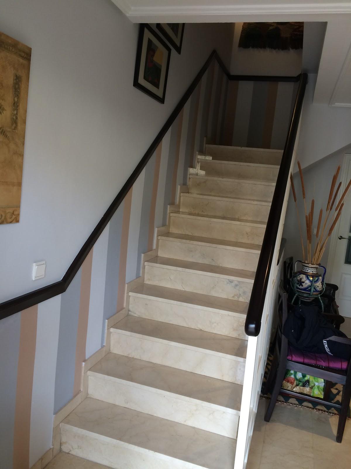 Angel pintura y decoraci n rayas a media altura en - Pintura para escaleras ...