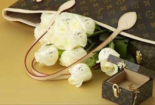Des roses emballées dans du Louis Vuitton?