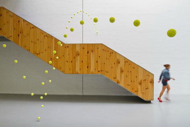 instalacion artistica pelotas de tenis causa efecto por Ana Soler en la galeria Mustang de Elche