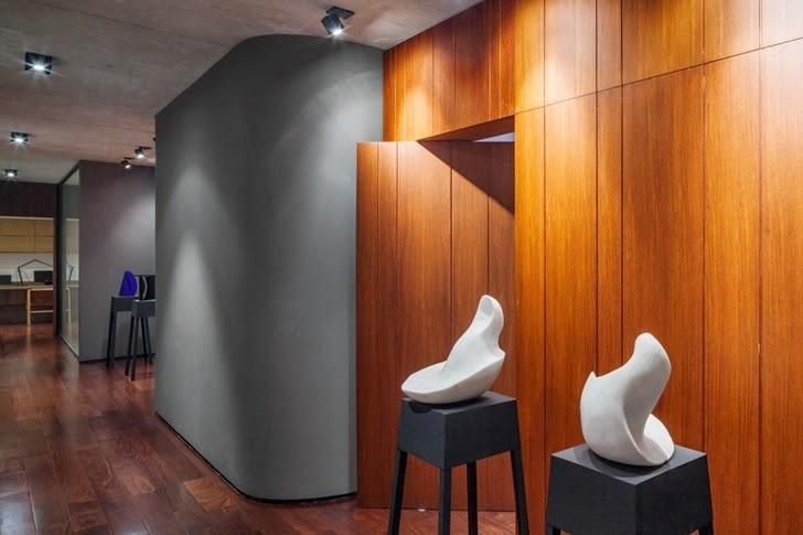 Sculptures in Modern Planalto House by Flavio Castro