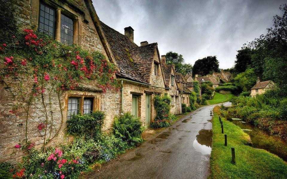 beau village fleuri