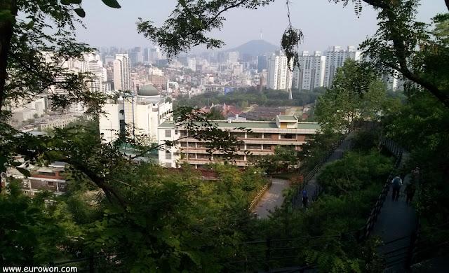 Prisión de Seodaemun y Torre N de Namsan vistos desde Ansan
