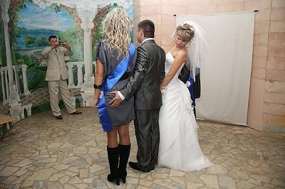 der Brautjungfer an den Arsch grabschen