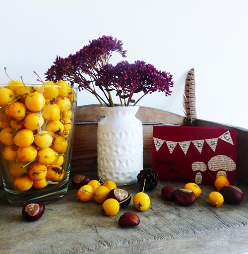 Herbstdekoration mit Blumen Äpfeln Kastanien und DIY Postkarte