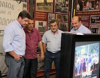 Prefeito Arlei com os secretários de Cultura, Wanderley Peres, e de Ciência e Tecnologia, Luiz Ribeiro, e o vice-prefeito, Márcio Catão, visitam o Estande da Cultura