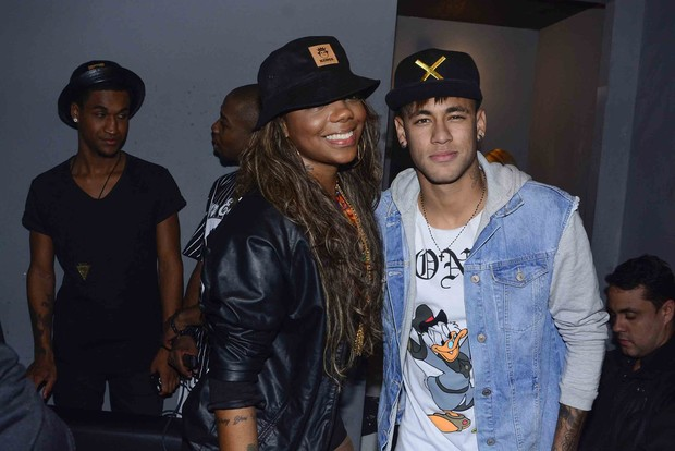 Neymar poses with Ludmilla and likes to party alongside friends in Sao Paulo