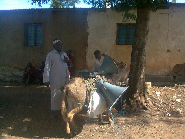 """هل تعلم ما هي الوسيلة الدعوية التي يستعملها الداعية """"إبراهيم كراسي"""" لنشر الإسلام في #تنزانيا؟"""