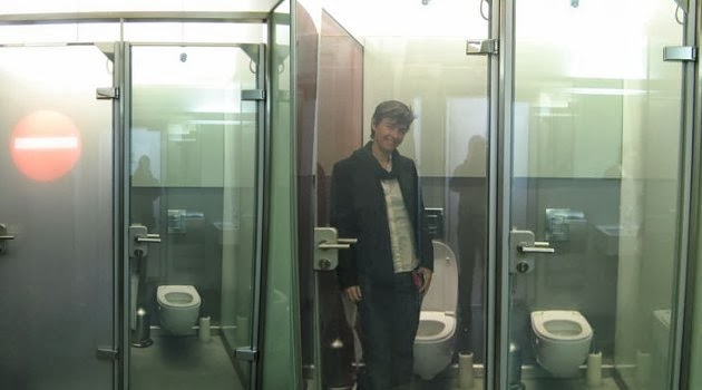 ... agar tidak bias dilihat orang dari luar namun tidak dengan toilet di