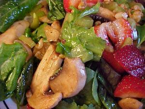 Ma salade mesclun aux fraises avec vinaigrette au vinaigre balsamique