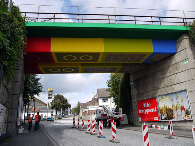 Ponte recebe decoração de peças de Lego