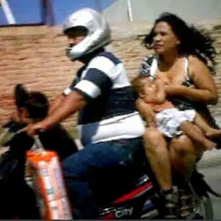 Lactancia materna en la parte trasera de la moto