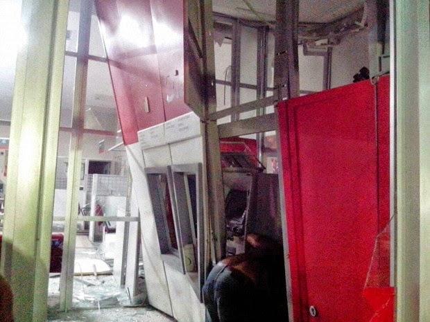 Segundo polícia, bandidos levaram dinheiro de caixas eletrônicos (Foto: Sandro Araújo / site São Gonçalo Agora)