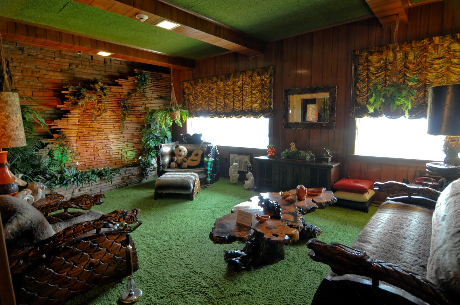 Experience addict graceland for Interior design jungle room
