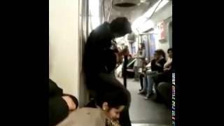 Психованый гитарист в поезде метро
