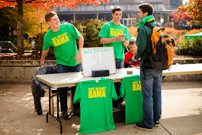 Oregon students sell We Want Bama t-shirts on campus.