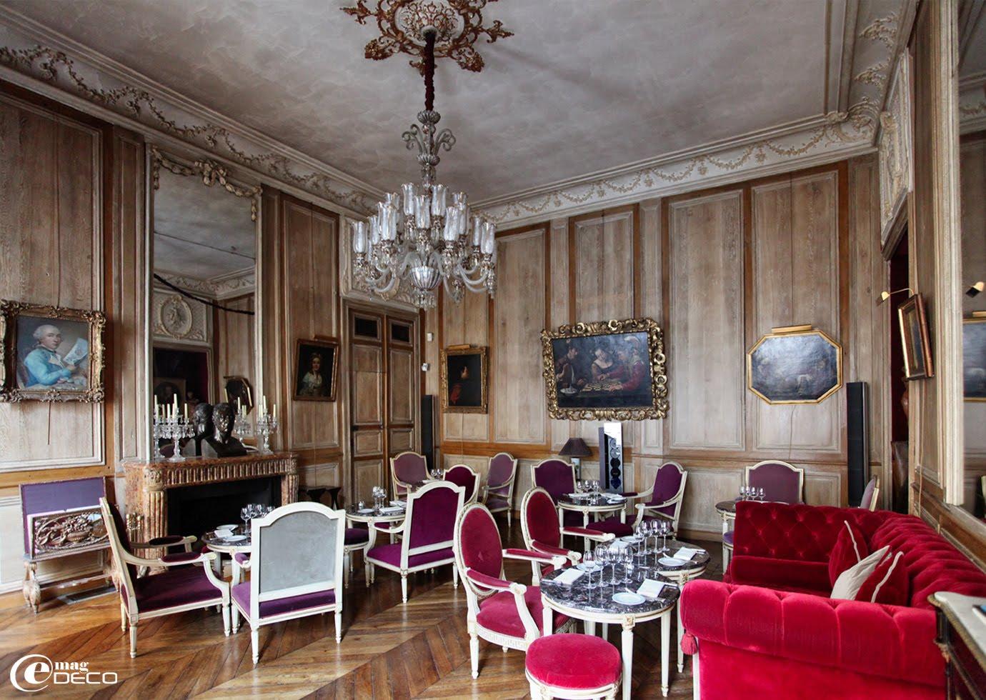 Le salon de musique, décoré sous Louis XVI, restaurant 1728 à Paris