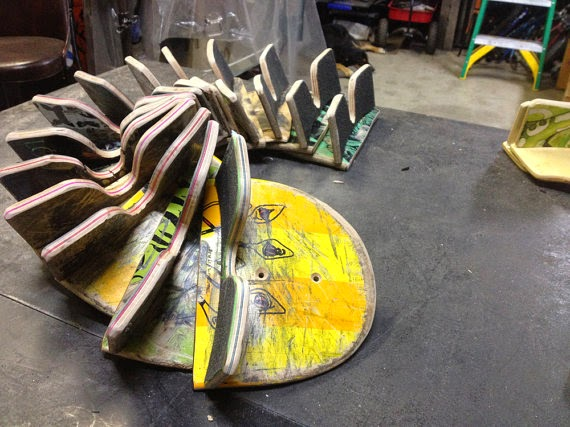 ديكور يشبه الثعبان مصنوع بقطع من ألواح رياضة التزلج
