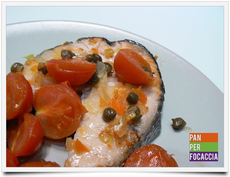 tranci di salmone con pomodorini e capperi