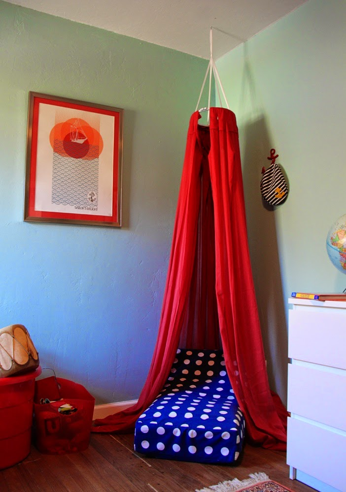http://www.smallfriendly.com/small-friendly/2012/02/diy-cozy-reading-fort.html