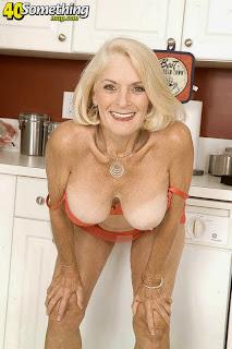 Dana Hayes dans la cuisine