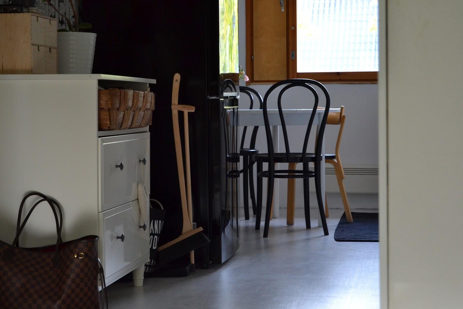 way of passing time Keittiön välitilaa ja musta jääkaappi