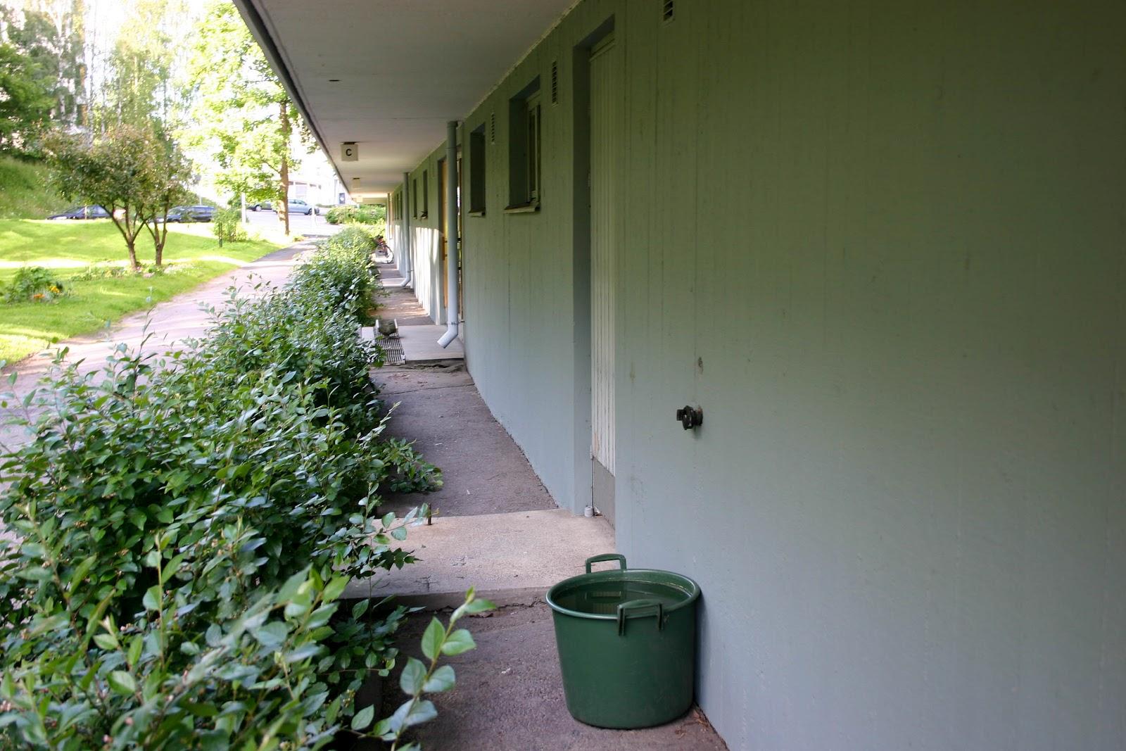 Pysäköinti talon seinustalla