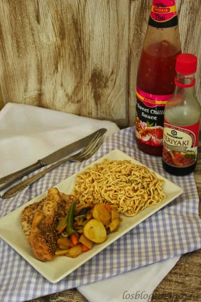 Fideos con pechugas de pollo al teriyaki y salteado de verduras asiáticas.