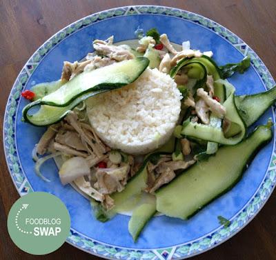 Thaise komkommersalade met in kokosmelk gegaarde kip