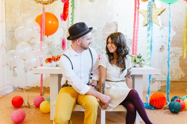 globos y novios sentados